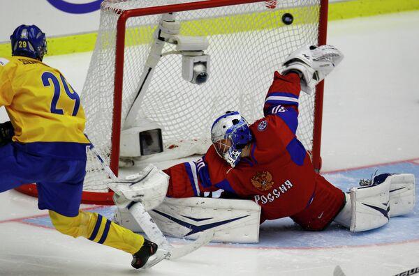 Вратарь сборной России Андрей Василевский (справа)