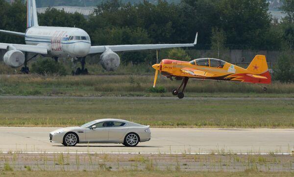 Суперкар Aston Martin и учебно-тренировочный самолет пилотажой группы Первый полет Як-54