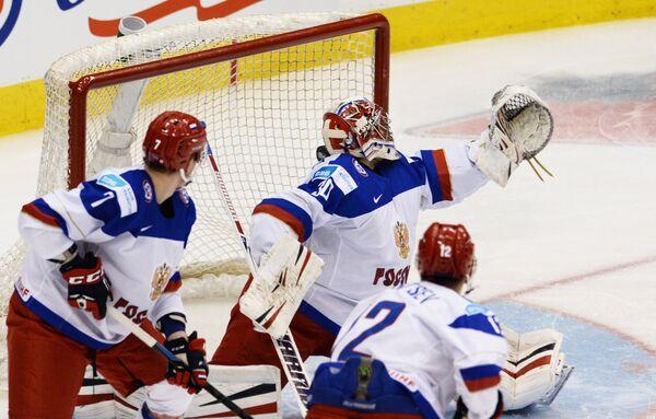 Вратарь молодежной сборной России Игорь Шестеркин (в центре)