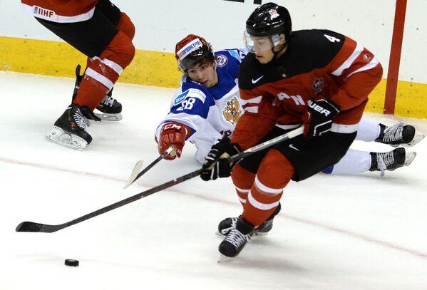 Форвард сборной России Сергей Толчинский (слева) и защитник сборной Канады Мэдисон Боуи
