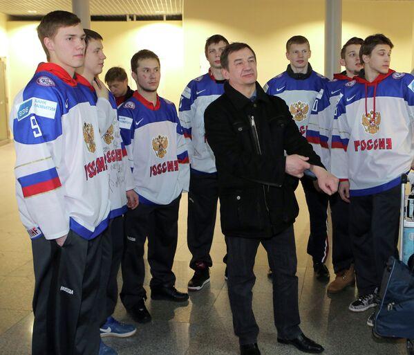 Валерий Брагин  и хоккеисты молодежной сборной России