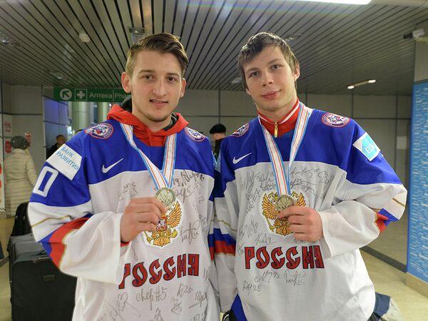 Хоккеисты молодежной сборной России Иван Фищенко и Денис Костин (справа налево)