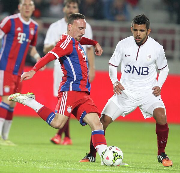 Игровой момент матча между Баварией и лучшими игроками футбольной лиги Катара