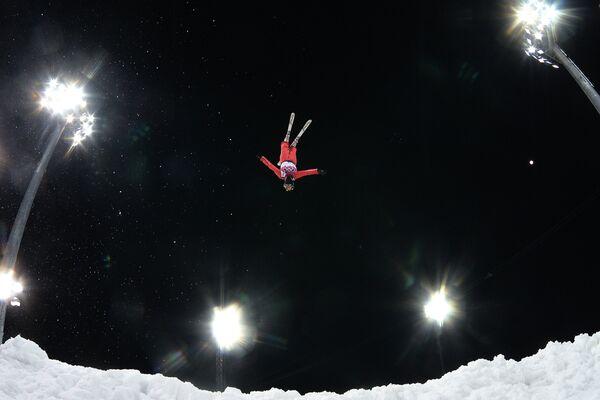 Спортсменка в финале лыжной акробатики на соревнованиях по фристайлу