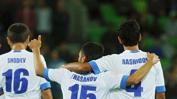 Футболисты сборной Узбекистана Джасур Хасанов и Сардор Рашидов