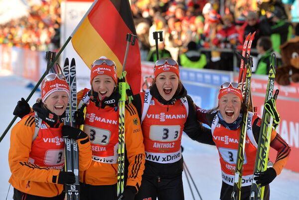 Немецкие биатлонистки Франциска Хильдебранд, Франциска Пройс, Луиза Куммер, Лаура Дальмайер (слева направо)
