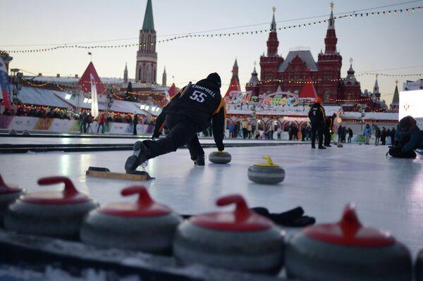 Спортсмены в матче этапа мирового тура по керлингу Red Square Classic на Красной площади