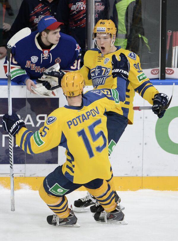 Игроки ХК Атлант Максим Потапов (на первом плане) и Никита Сошников