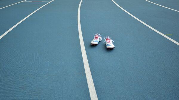 Шиповки на беговой дорожке стадиона
