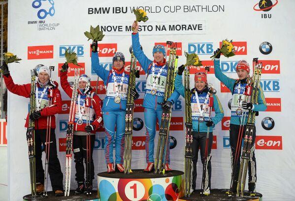 Слева направо: норвежские биатлонисты Хенрик Л'Абе-Лунн, Марте Олсбу – 2-е место, российские биатлонисты Яна Романова, Алексей Волков – 1-е место, украинские биатлонисты Юлия Джима, Артем Тищенко – 3-е место