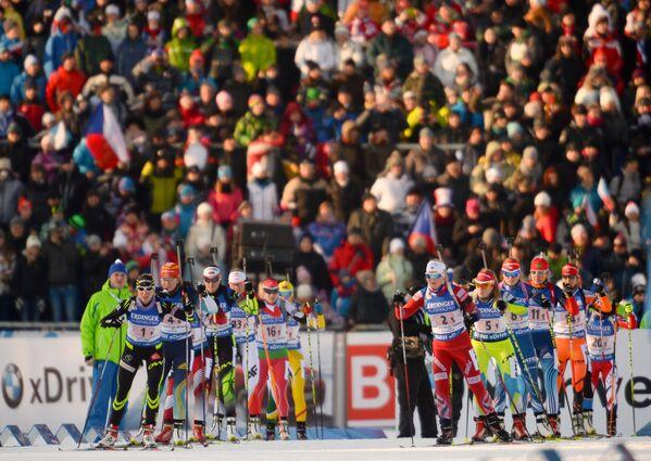 Биатлонистки на старте супермикста на седьмом этапе Кубка мира по биатлону 2014/15 в чешском Нове-Место