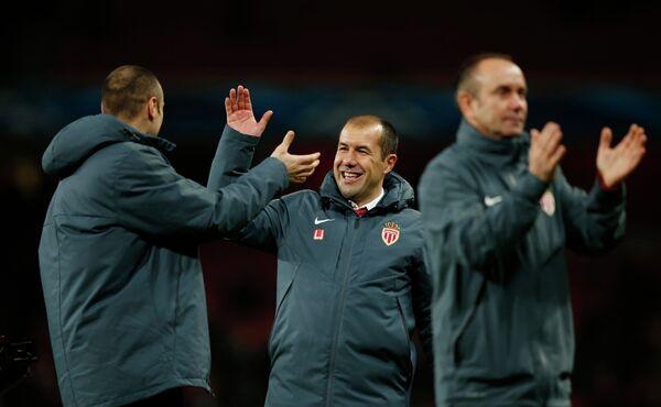 Главный тренер Монако Леонарду Жардим поздравляет игрока команды Димитра Бербатова с победой