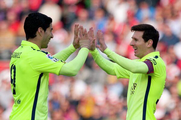 Футболисты Барселона Луис Суарес и Лионель Месси.