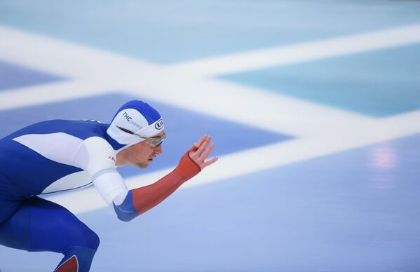 Алексей Есин (Россия) на дистанции в забеге среди мужчин на 500 метров