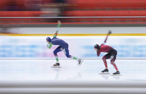 Хейн Оттерспер (Нидерланды) и Нико Иле (Германия) (слева направо) на дистанции в забеге среди мужчин на 1000 метров