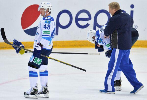 Форвард Барыса Роман Старченко (слева) и защитник Барыса Алексей Литвиненко