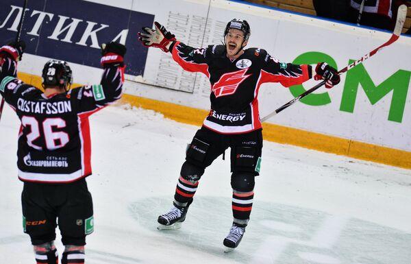 Хоккеисты Авангарда Эрик Густафссон (слева) и Чад Коларик