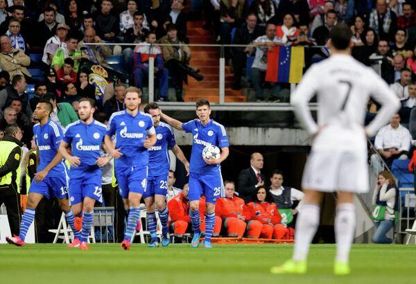 Футболисты Шальке празднуют забитый гол в ворота Реала