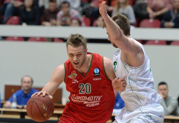 Форвард БК УНИКС Роландас Фрейманис и форвард БК Локомотив-Кубань Андрей Зубков (слева)