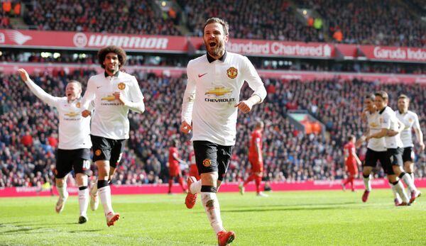 Хуан Мата радуется забитому голу в ворота Ливерпуля
