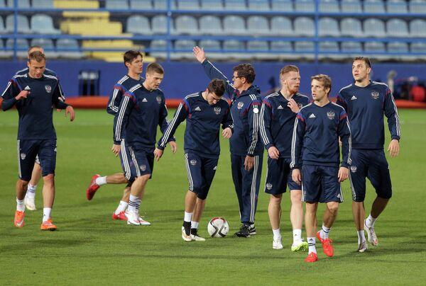 Футболисты сборной России и Фабио Капелло (четвертый справа) на тренировке