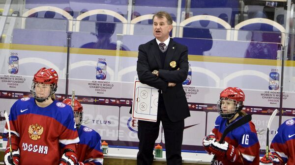 Михаил Чеканов (в центре)