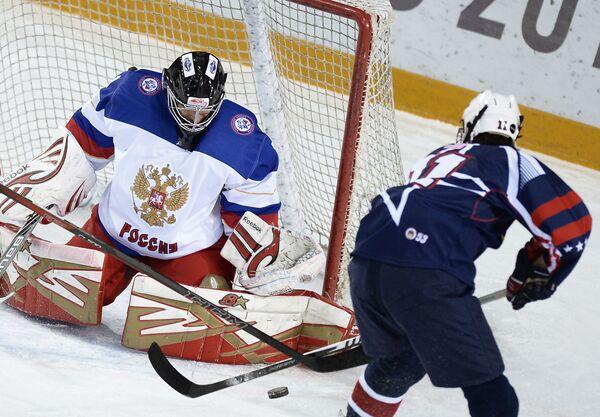 Вратарь сборной России Илья Шевцов (слева) и игрок сборной США Гарнет Гинтоли