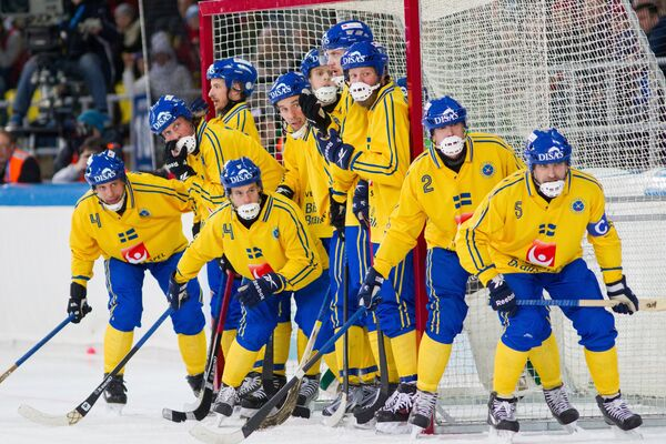 Бендисты сборной Швеции в матче чемпионата мира по хоккею с мячом