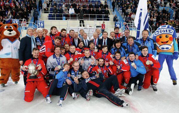 Председатель правительства России Дмитрий Медведев (в центре) фотографируется с игроками сборной России по хоккею с мячом