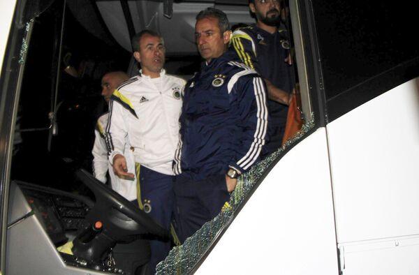 Главный тренер Фенербахче Исмаил Картал смотрит на повреждения автобуса после обстрела