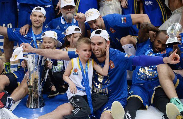 Игроки БК Химки Сергей Моня с дочерьми, Марко Попович с сыном, Джеймс Огастин и Тайрис Райс (слева направо)