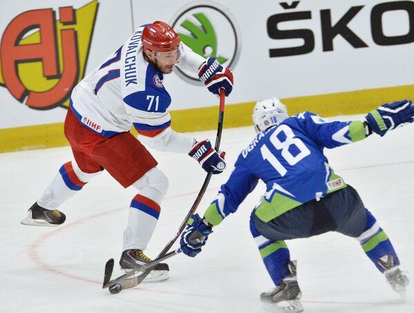 Нападающий сборной России Илья Ковальчук (слева) и защитник сборной Словении Кен Ограеншек