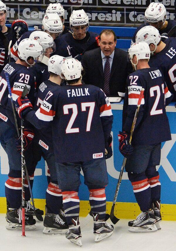 Главный тренер сборной США Тодд Ричардс (в центре)