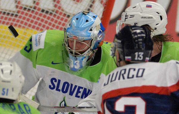 Вратарь сборной Словении Роберт Кристан (слева)