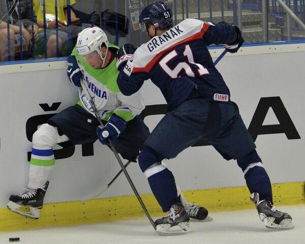 Нападающий сборной Словении Рок Тичар и защитник сборной Словакии Доминик Граняк (справа)