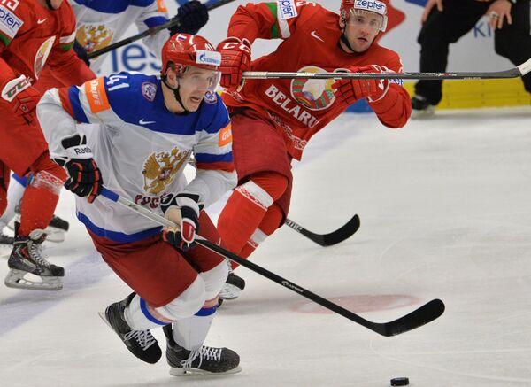 Нападающий сборной России Николай Кулёмин (слева) и нападающий сборной Белоруссии Артём Волков
