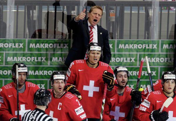 Главный тренер сборной Швейцарии по хоккею Глен Хэнлон (на заднем плане)