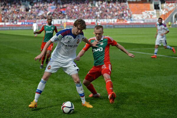 Защитник Локомотива Ренат Янбаев и защитник ЦСКА Марио Фернандес (в центре справа налево)