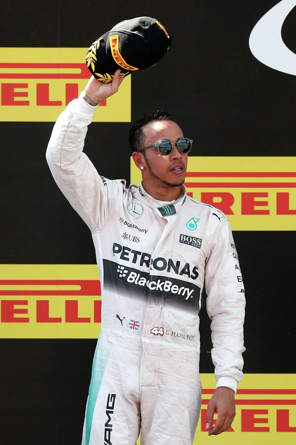 Пилот Мерседес Льюис Хэмилтон на подиуме Гран-при Испании