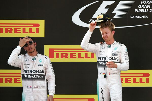 Пилоты Мерседеса Льюис Хэмилтон и Нико Росберг (справа) на подиуме Гран-при Испании