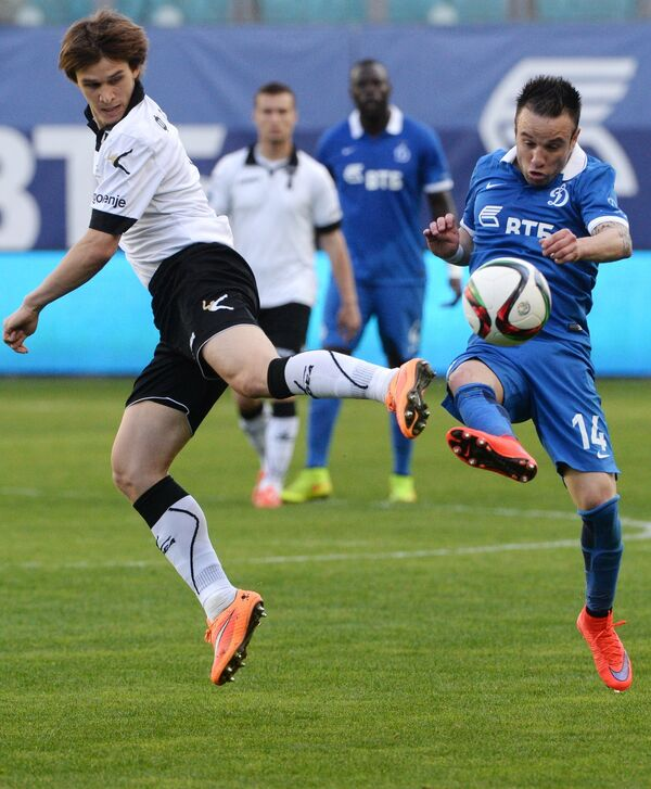 Полузащитник Торпедо Семен Фомин (слева) и полузащитник Динамо Матьё Вальбуэна