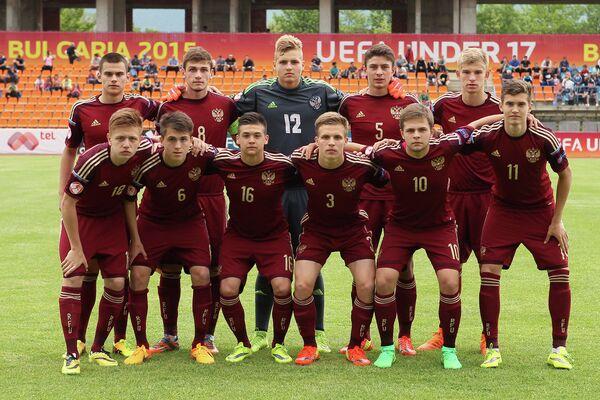 Футболисты юношеской сборной России перед началом матча с командой Франции