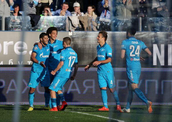 Футболисты Зенита радуются забитому мячу