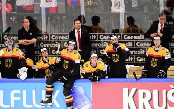 Главный тренер сборной Германии по хоккею Пэт Кортина (справа)