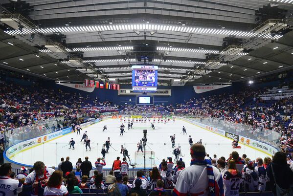 Игроки сборных Словакии и России по хоккею перед матчем