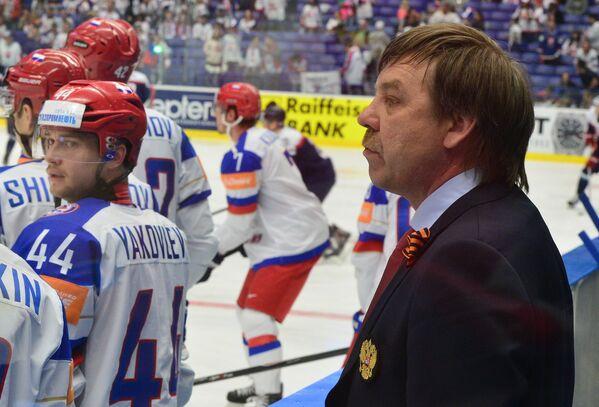 Главный тренер сборной России по хоккею Олег Знарок (справа)