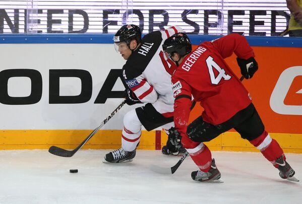 Нападающий сборной Канады Тейлор Холл (слева) и защитник сборной Швейцарии Патрик Гиринг
