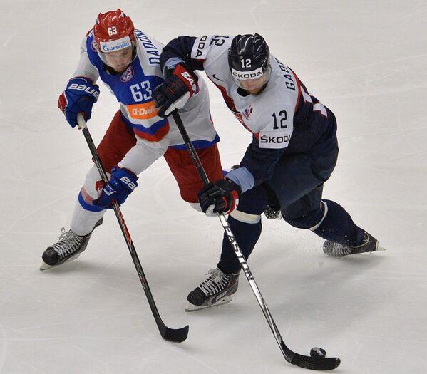 Нападающие сборной России Евгений Дадонов (слева) и сборной Словакии Мариан Габорик
