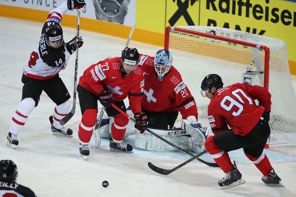 Нападающий сборной Канады Джордан Эберле, защитник сборной Швейцарии Робин Гроссман, вратарь сборной Швейцарии Рето Берра и защитник сборной Швейцарии Роман Йози (слева направо)