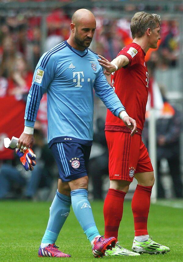 Вратарь мюнхенской Баварии Пепе Рейна (слева)